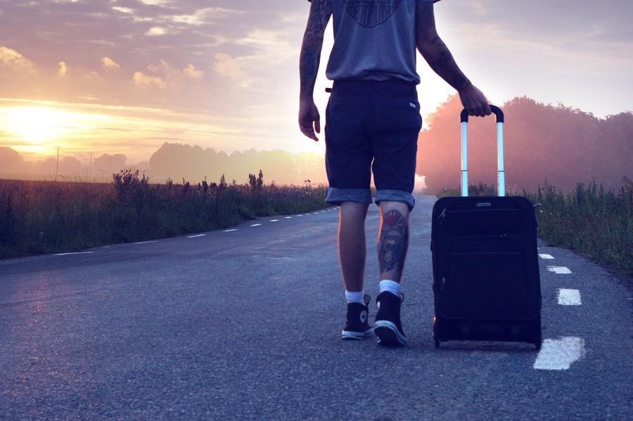 man met koffer